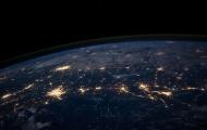 Lichtglocken über Städten