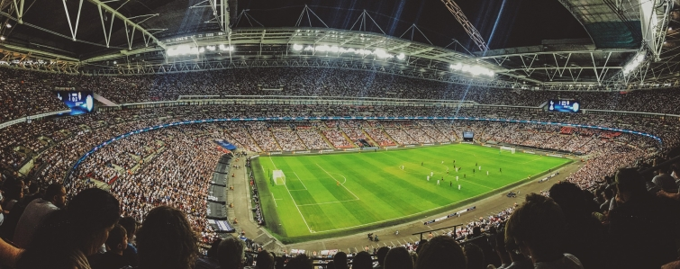 Beleuchtetes Fussballstadion.jpg