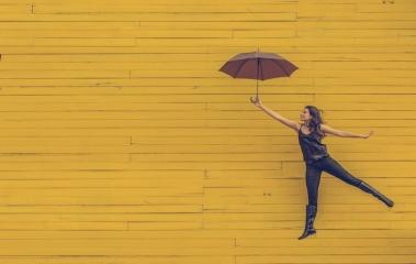 Frau mit Regenschirm_unsplash_Edu_Lauton.jpg